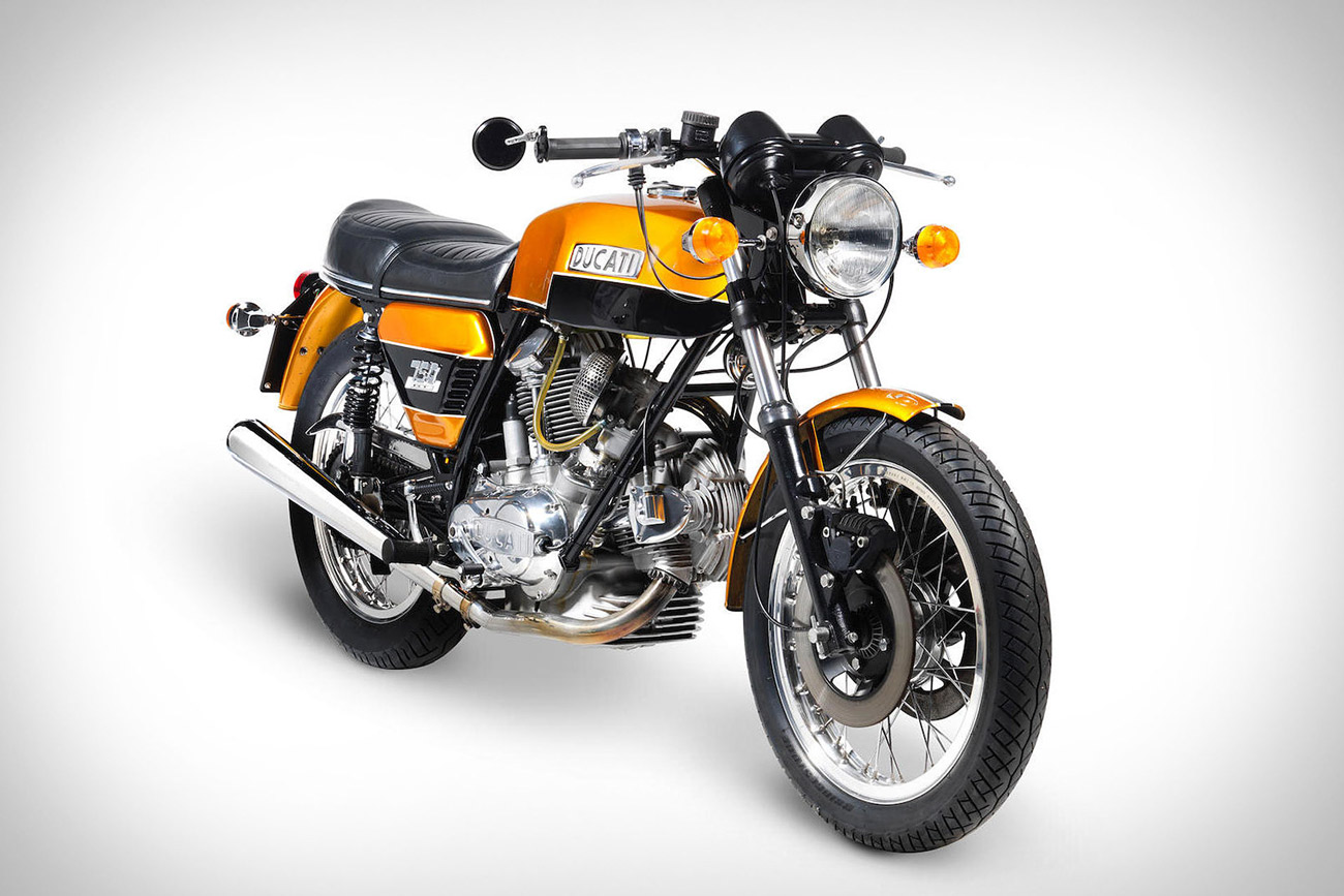 ducati 750 gt 1974 la moto la plus c l bre de ducati vendre aux ench res. Black Bedroom Furniture Sets. Home Design Ideas