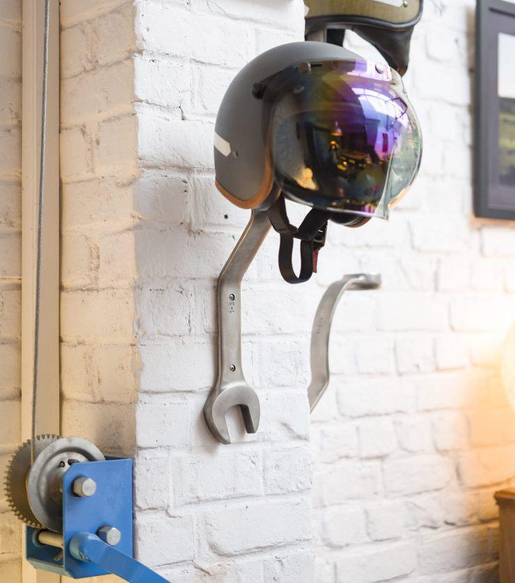 Pour vos intérieurs de motard, découvrez les porte-casques en forme de clé à molette de Those Once Loyal